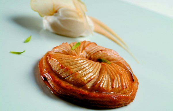 Tarta fina de hojaldre y manzana tostada con helado y salsa de peras