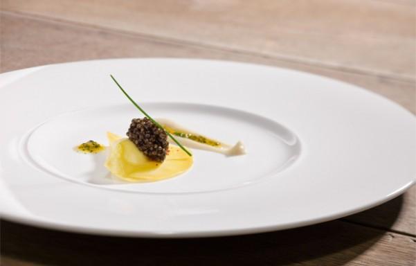 Raviolis de ricota ahumada, caviar y puré de hinojo